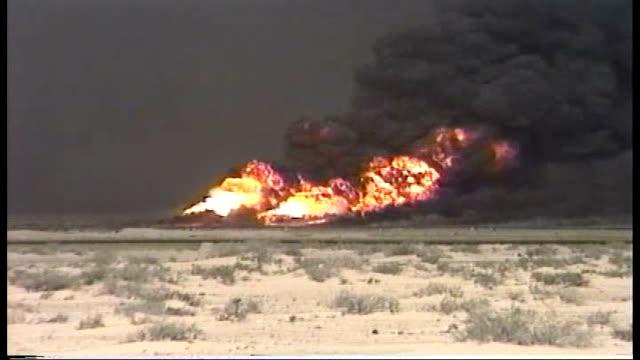 kuwaiti oil wells set on fire by retreating iraqi forces - operation desert storm bildbanksvideor och videomaterial från bakom kulisserna