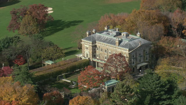 aerial kykuit, the stone mansion, surrounded by autumn foliage / mt. pleasant, new york, united states - ジョージア調点の映像素材/bロール