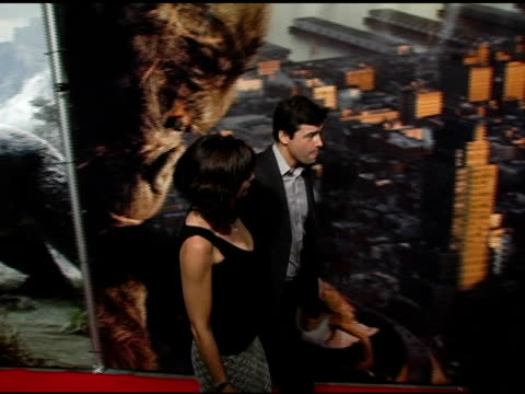 Kyle Chandler and guest at the 'King Kong' New York Premiere at Loews EWalk and AMC Empire Cinemas in New York New York on December 5 2005