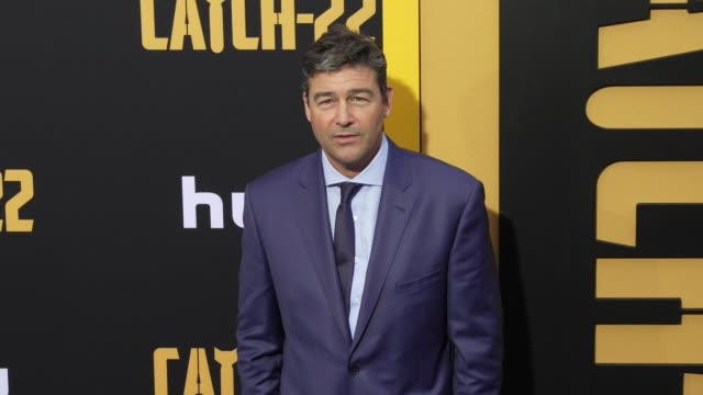 vídeos de stock, filmes e b-roll de kyle chandler at the u.s. premiere of hulu's 'catch-22 at tcl chinese theatre on may 07, 2019 in hollywood, california. - tcl chinese theatre