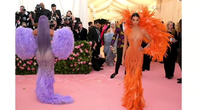 vídeos de stock e filmes b-roll de kylie jenner and kendall jenner attend the 2019 met gala celebrating camp: notes on fashion at metropolitan museum of art on may 06, 2019 in new york... - gala