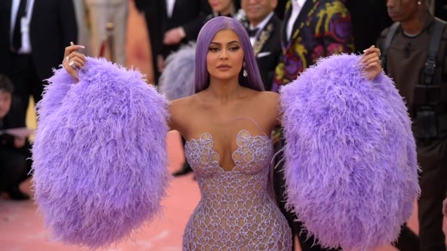 vídeos y material grabado en eventos de stock de kylie jenner at the 2019 met gala celebrating camp: notes on fashion - arrivals at metropolitan museum of art on may 06, 2019 in new york city. - gala