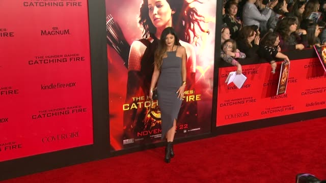 vídeos de stock, filmes e b-roll de kylie jenner at the hunger games catching fire los angeles premiere in los angeles ca on - 2013
