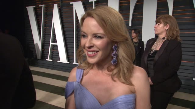 vídeos y material grabado en eventos de stock de interview kylie minogue at the 2015 vanity fair oscar party hosted by graydon carter at wallis annenberg center for the performing arts on february... - vanity fair oscar party