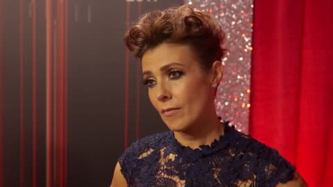 vídeos y material grabado en eventos de stock de kym talks about what a great year it's been for the show, her best actress nomination, says the evening will be very poignant after the bombing.... - telenovela