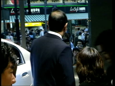 vidéos et rushes de britain and japan discussions int cbv nissan boss ghosn waving to crowds outside building - ghosn