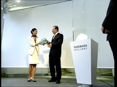 vidéos et rushes de britain and japan discussions int cms ghosn ms ghosn handed nissan plaque ms ghosn poses holding plaque pull hands applauding bv line of workers... - ghosn