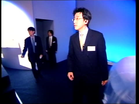 vidéos et rushes de britain and japan discussions lms koizumi speaking on platform pull out to i/c car pulls up and carlos ghosn out and greeted as into hotel track... - ghosn