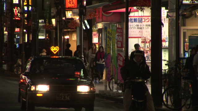 kyoto, japancity street at night in kyoto japan - ヘッドライト点の映像素材/bロール
