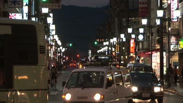 kyoto, japanview of city street at magic hour in kyoto japan - 街灯点の映像素材/bロール