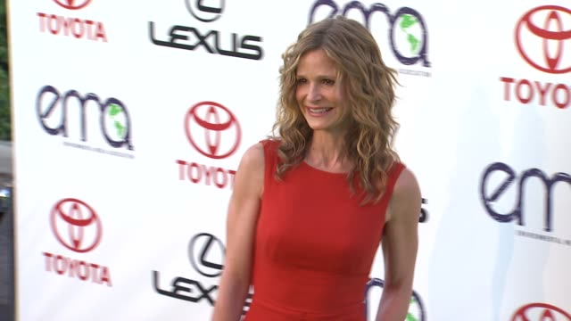 kyra sedgwick at the 2011 environmental media awards at burbank ca. - environmental media awards stock-videos und b-roll-filmmaterial