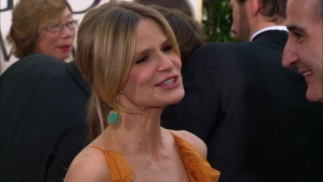 vidéos et rushes de kyra sedgwick talking to unknown man in crowd on the red carpet at the beverly hilton hotel - the beverly hilton hotel