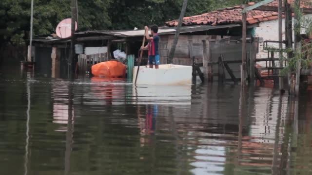 vídeos y material grabado en eventos de stock de l rio paraguay no da respiro a miles de familias riberenas obligadas a desplazarse por extraordinarias inundaciones que deja a su paso a lo largo de... - paso largo