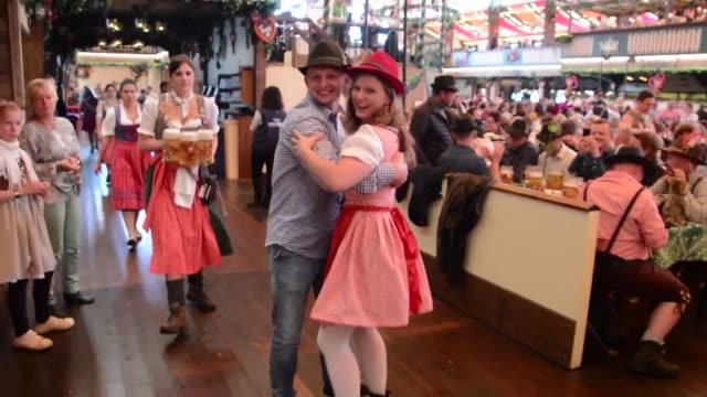 la 184ª edicion de la oktoberfest la fiesta de la cerveza mas importante del mundo se inicio el sábado en munich con fuertes medidas de seguridad y... - festival tradicional stock videos & royalty-free footage