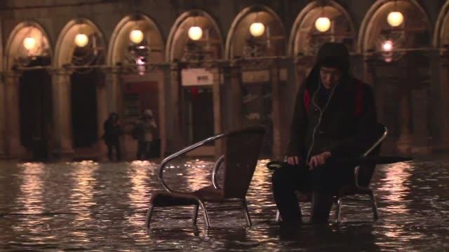 la acqua alta inunda la plaza de san marcos de venecia voiced : venecia bajo el agua on february 01, 2014 in venice, italy - agua stock-videos und b-roll-filmmaterial
