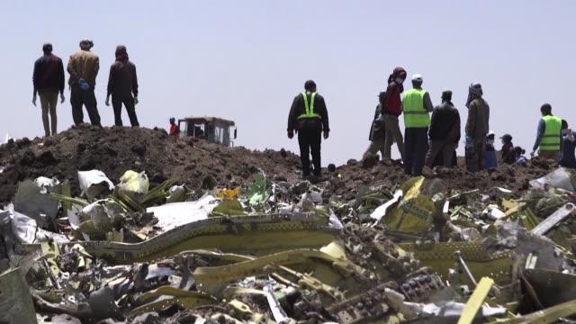 la aerolinea etiope ethiopian airlines china e indonesia decidieron el lunes inmovilizar sus aviones boeing 737 max 8 luego de que se estrellara el... - indonesia stock videos & royalty-free footage