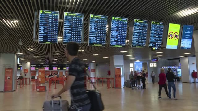 la aerolinea irlandesa de bajo coste ryanair se vio obligada el viernes a anular decenas de vuelos en europa ante la huelga de trabajadores de seis... - transporte bildbanksvideor och videomaterial från bakom kulisserna
