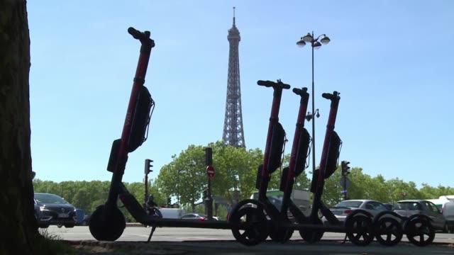 la alcaldesa de paris anuncio el jueves la prohibicion de aparcar los monopatines electricos en las aceras y pidio a los operadores que limiten la... - aparcar stock videos and b-roll footage