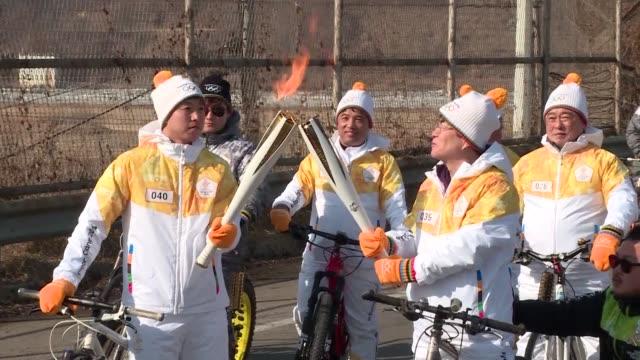 vídeos de stock e filmes b-roll de la antorcha olimpica paso el viernes por la zona desmilitarizada entre corea del sur y corea del norte antes de los juegos de invierno de pyeongchang... - hielo