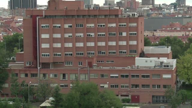 la auxiliar de enfermeria espanola contagiada con el ebola ya no tiene carga viral segun un analisis practicado el domingo - enfermera stock videos and b-roll footage