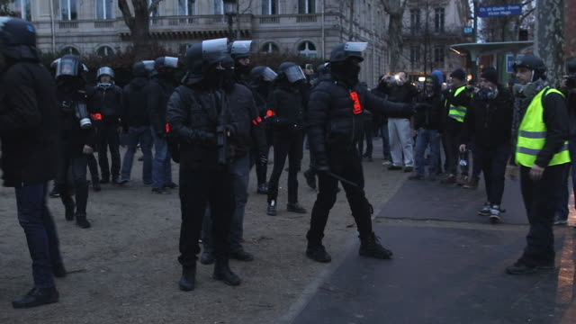 La BAC in front of the triumphal arch with Flashball and some yellow vests