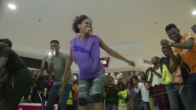 la bailarina nigeriana odumewu debbie rompe record guinness al hacer el maraton de baile mas largo realizado por un individuo al danzar por 137 horas - bailarina stock videos & royalty-free footage