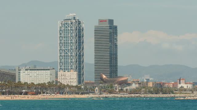 vídeos de stock e filmes b-roll de la barceloneta beach scene, barcelona spain. - cultura mediterrânica