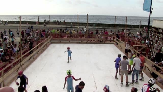 la bienal de la habana recibe al artista irlandesestadounidense duke riley con el montaje de una pista de patinaje sobre hielo sintetico en pleno... - pista de hielo stock videos and b-roll footage