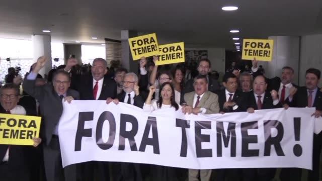 la camara baja del congreso brasileno debe decidir el miercoles si acepta que la corte suprema analice una denuncia contra el presidente michel temer... - congreso stock videos and b-roll footage