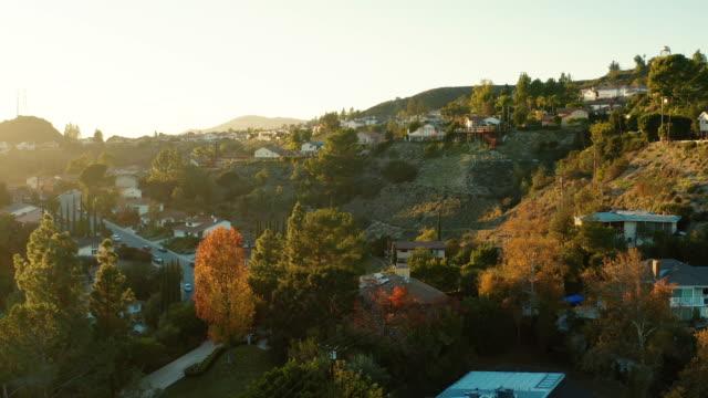 vídeos de stock, filmes e b-roll de la canada e expansão urbana de glendale, califórnia - drone tiro - localidade pequena