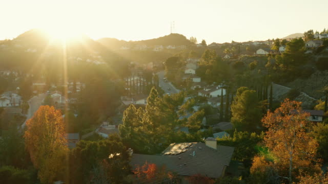 vídeos de stock e filmes b-roll de la canada and glendale urban sprawl, california - drone shot - repetição conceito