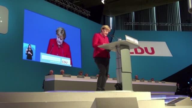 vídeos de stock, filmes e b-roll de la canciller alemana angela merkel fue reelegida el martes al frente del partido conservador rumbo a las elecciones legislativas de 2017 con un... - legislação