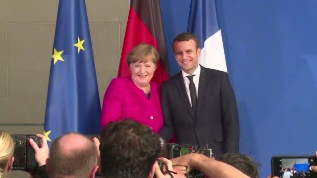 La canciller alemana Angela Merkel y el nuevo presidente frances Emmanuel Macron dijeron el lunes en Berlín estar dispuestos a cambiar los tratados...