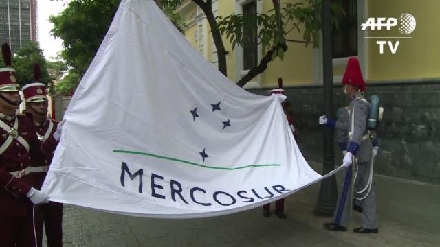 vídeos y material grabado en eventos de stock de la cancilleria venezolana izo el viernes la bandera del mercosur en caracas para simbolizar el inicio de su periodo en la presidencia del bloque a... - bandera argentina