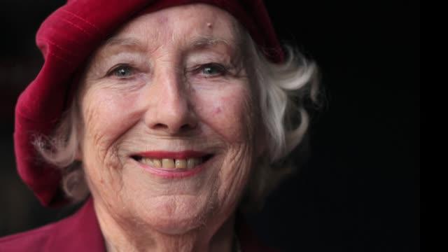 la cantante británica vera lynn conocida como la novia de las fuerzas armadas porque ayudó a mantener la moral de los soldados durante la segunda... - música stock videos & royalty-free footage