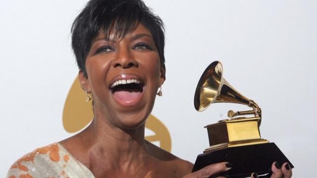 la cantante de soul estadounidense natalie cole hija de la leyenda del jazz nat king cole y quien debio superar su adiccion a las drogas para... - hija stock videos & royalty-free footage
