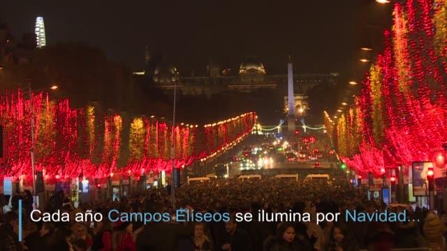 la capital francesa encendio oficialmente las luces de navidad en la avenida de los campos eliseos - avenida stock videos & royalty-free footage