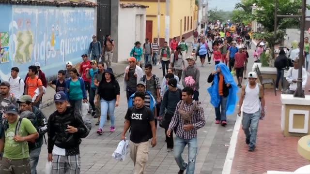 vídeos de stock, filmes e b-roll de la caravana con miles de migrantes hondurenos que quieren llegar a estados unidos se encontraba el miercoles en guatemala en medio de las amenazas... - comboio