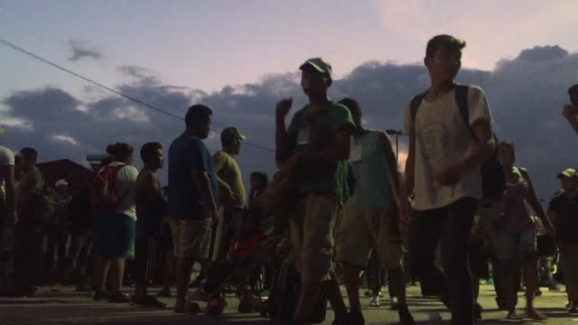 la caravana de migrantes en su mayoria hondurenos continuo su camino el jueves hacia la ciudad de mexico tomando una peligrosa ruta por el estado de... - convoglio video stock e b–roll