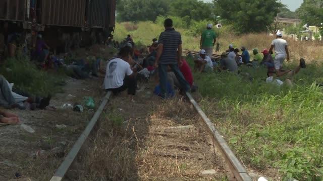 la caravana migrante llego el viernes a la localidad mexicana de arriaga en el sureno estado de chiapas en donde pasa el tren de carga que por mucho... - tren de carga stock videos and b-roll footage