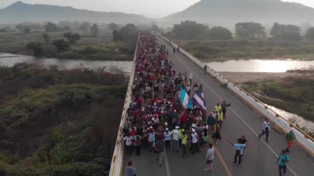 vídeos y material grabado en eventos de stock de la caravana migrante partio la madrugada del sábado del poblado mexicano de arriaga rumbo a ciudad de mexico mientras el gobierno de enrique peña... - ee.uu