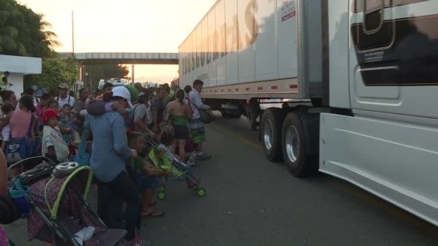 vídeos y material grabado en eventos de stock de la caravana que partio de honduras avanzaba el viernes por la costa mexicana del pacifico rumbo a estados unidos intentando hacerse el camino mas... - ee.uu