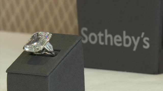 la casa de subastas sotheby s realizo el miercoles una exhibicion a prensa del extrano diamante raj pink el diamante rosado mas grande hasta ahora... - sotheby's stock videos and b-roll footage