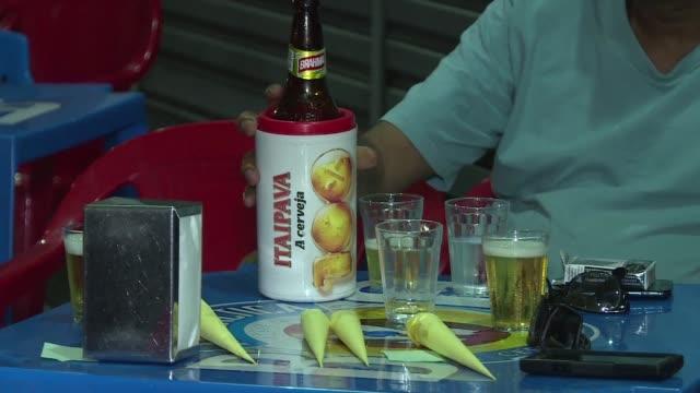 la cervecera belgo brasilena anheuser busch inbev consiguio comprar a la britanica sabmiller fusion de la que nacera un coloso que vendera una de... - anheuser busch inbev stock videos and b-roll footage