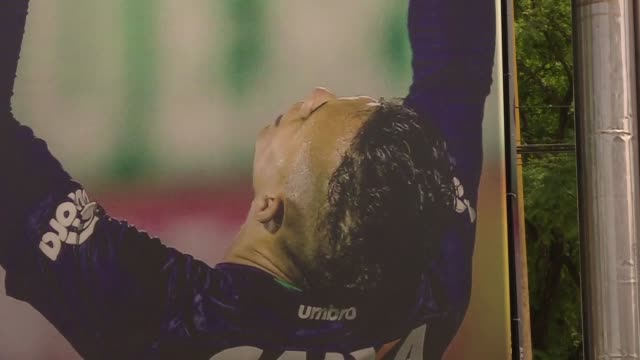 La ciudad de Chapeco la aficion del equipo local de futbol y la familia de Danilo llora al portero que se convirtio en idolo cuando el club clasifico...
