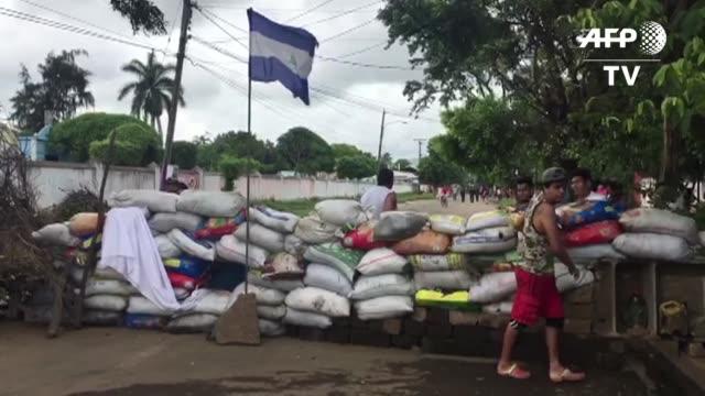 vídeos de stock e filmes b-roll de la ciudad de masaya resistia el miercoles el asedio de las fuerzas gubernamentales tras declararse en rebeldia y exigir la salida del presidente... - exigir