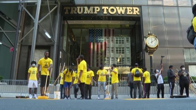 la ciudad de nueva york pintó el jueves el eslógan black lives matter en letras gigantes frente a la trump tower sobre la icónica quinta avenida... - avenida stock videos & royalty-free footage