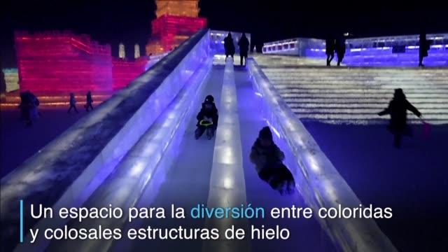 la ciudad del norte de china abrio el 33° festival de esculturas de hielo y nieve un espacio para la diversion entre coloridas y colosales... - hielo stock videos & royalty-free footage
