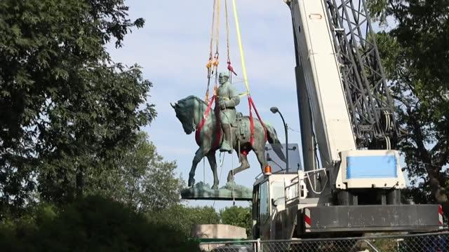 la ciudad estadounidense de charlottesville eliminó el sábado los símbolos de la esclavitud y el pasado racista desmontando varias estatuas... - statue stock videos & royalty-free footage