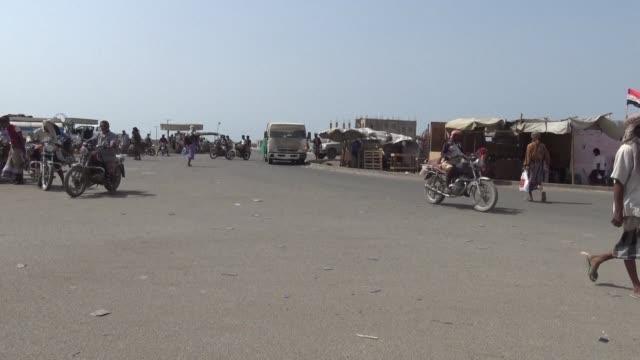 la ciudad yemeni de hodeida contralada por los rebeldes huties vivia una tensa calma el martes tras la entrada en vigor de una tregua negociada por... - entrada stock videos and b-roll footage
